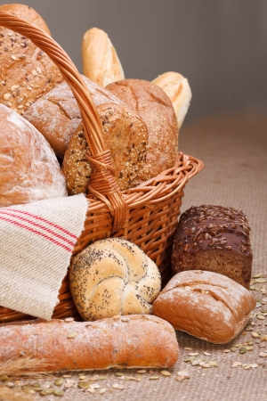 Various breads in basket on canvas tablecloth Stockfoto