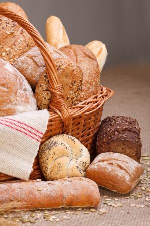 buns: Varios tipos de pan en la canasta en mantel lienzo