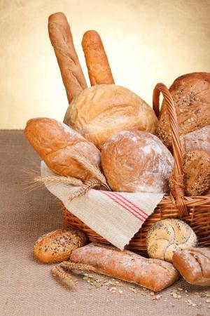 テーブル クロス キャンバスのバスケットで様々 なパン