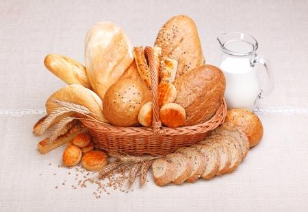 canasta de panes: Pan fresco y pasteles con leche en jarra