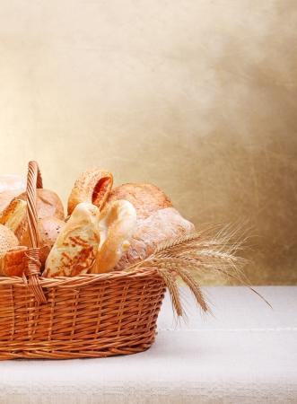 canasta de pan: Surtido de productos de panadería en la cesta. Copiar espacio anterior