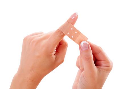 Gewonde vrouw vinger verbonden met gips