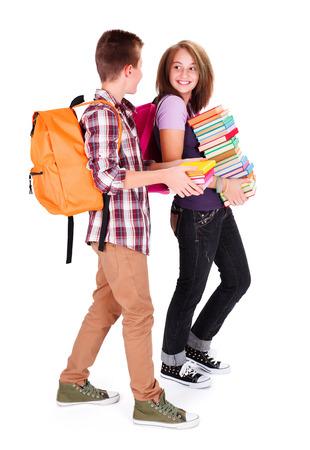 niños saliendo de la escuela: Amigos con montón de libros de reunirse de nuevo en la escuela y en el chat