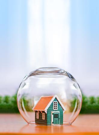 피보절자 집 개념입니다. 위의 복사 공간이있는 유리 구에서 보호 된 장난감 집 스톡 콘텐츠 - 35244009