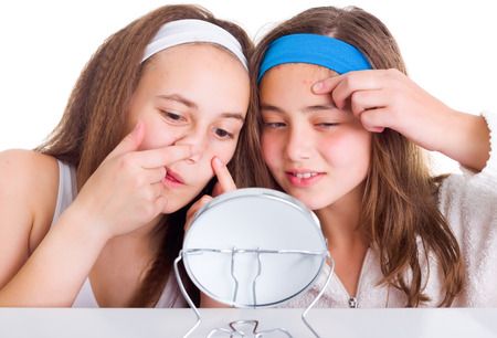 pulizia viso: Teenager ragazze in cerca di macchie sulla loro pelle