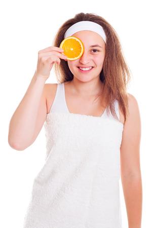 primp: Ragazza adolescente che copre il suo occhio con fetta d'arancia