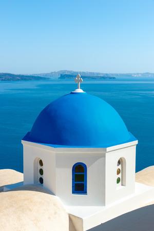 church: Iglesia griega con cúpula azul cerca del mar en la ciudad de Oia, isla de Santorini, Grecia