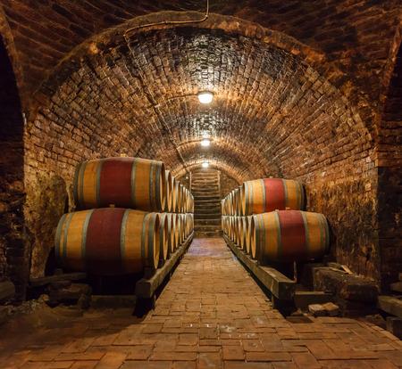 지하 와인 저장고에서 오크 배럴의 행 스톡 콘텐츠 - 46400740