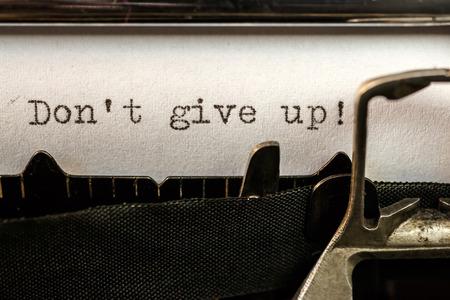 Macro de Ne pas abandonner! texte écrit par la vieille machine à écrire Banque d'images