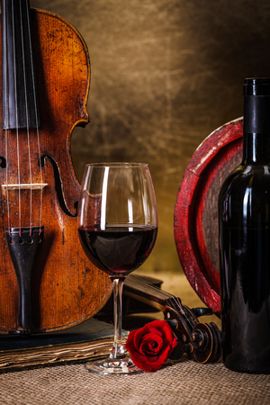 Details: red wine in glass, barrel and violin Banque d'images