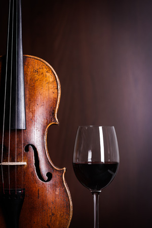Violin waist detail with glass of red wine Banque d'images