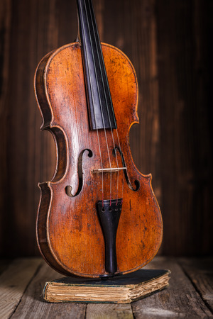 Front view of a classical old violin on wooden background Banque d'images
