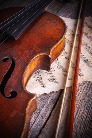 Close view of an old, used violin: center bout and f-hole Banque d'images