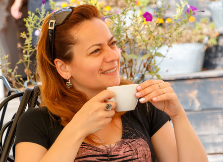 Pretty lady drinking coffee on caffe terrace Banque d'images