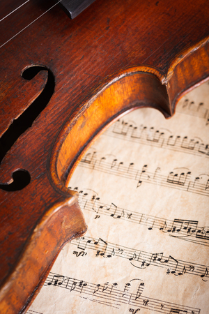 Old violin detail on musical score background Banque d'images