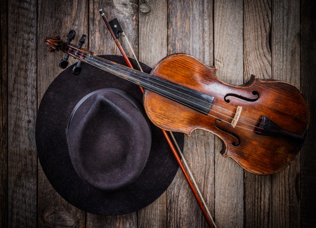 Black musician hat and violin on wooden table Banque d'images