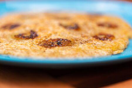 Leckere hausgemachte Pfannkuchen auf einem hellen Teller
