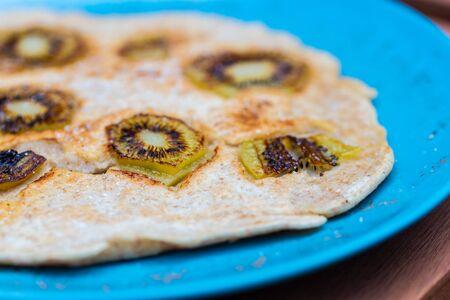 Leckere hausgemachte Pfannkuchen auf einem hellen Teller Standard-Bild