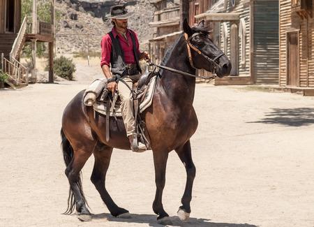 Tabernas, Espagne -Cowboys montrent dans une vieille ville à l'ouest de Fort Bravo Texas Hollywood à Tabernas, Espagne Banque d'images - 45497295