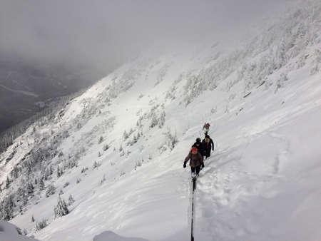 demanding journey in fresh snow in the middle of winter in KrkonoÅ¡e, Czech republic 免版税图像