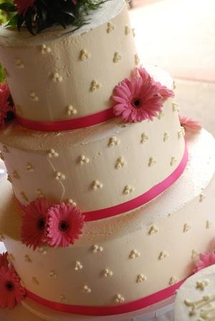 ピンクの花でウエディング ケーキ