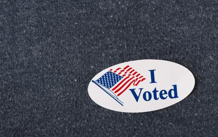 """미국의 근접 촬영 """"투표""""스티커는 해군 셔츠에 배치."""