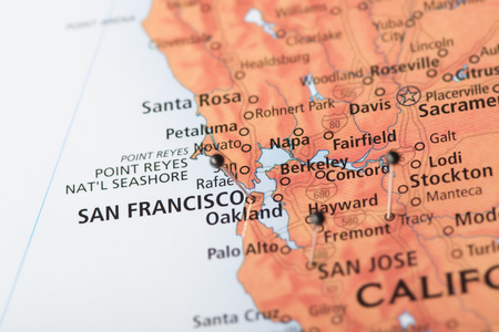 Closeup of San Fransisco, California and surrounding areas on a political map of the United States with pins in several cities. Banque d'images
