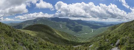 フランコニアノッチ州立公園のキャノン山からのパノラマビュー、ニューハンプシャー、アメリカ