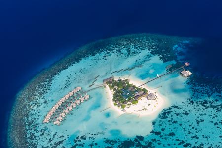 鳥の目のビューからモルディブのビーチ。アリ環礁、モルディブ島の空中写真。熱帯の島々 と上空からモルディブの環礁。夏の休日のビーチ モルデ