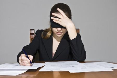 ojos vendados: La firma de documentos de negocios, los ojos vendados