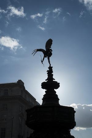 eros: LONDON, UK - 14 marzo: Silhouette della statua di Alfred Gilbert di Eros a Piccadilly Circus. 1 Marzo 2014 a Londra.