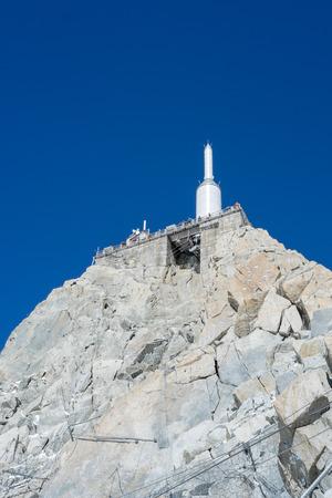 low angle views: Chamonix, Francia - 02 de septiembre: Tiro de �ngulo bajo de complejo Aiguille du Midi. En 3842 metros, el complejo ofrece vistas cercanas de la cumbre del Mont Blanc. 02 de septiembre 2014 en Chamonix.