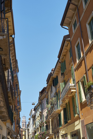 ヴェローナ, イタリア - 7 月 11 日: マッツィーニにこれまで背景ランベルティの塔。2015 年 7 月 11 日ヴェローナで。マッツィーニ経由では、ヴェロー