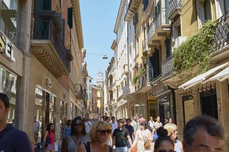 ヴェローナ, イタリア - 7 月 11 日: 忙しいマッツィーニにこれまで背景ランベルティの塔。2015 年 7 月 11 日ヴェローナで。マッツィーニ経由では、ヴ
