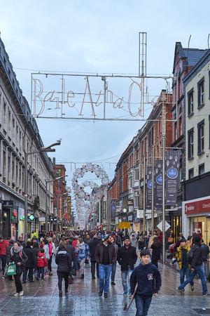 baile: DUBLIN, IRELAND - JANUARY 05: Busy Henri Street full of pedestrians after the rain. The sign reads Baile tha Cliath, Irish Celtic for Dublin. January 05, 2016 in Dublin
