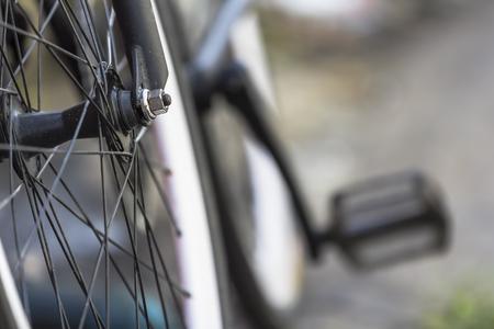 Plan rapproché de la roue avant d'un vélo avec un fond bokeh.