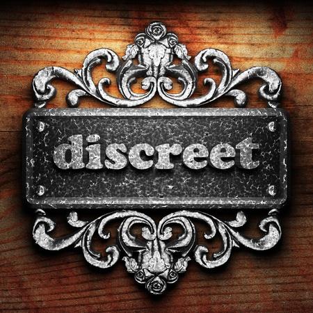 discreto: Palabra en el ornamento de plata