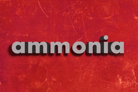 amoniaco: palabra gris en la pared roja