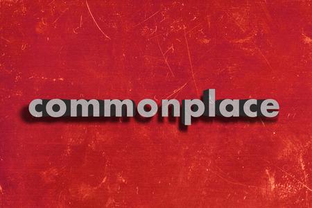 commonplace: grigio parola su muro rosso