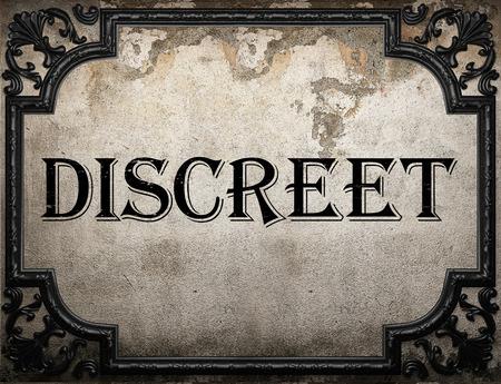 discreto: palabra discreta en la pared concrette