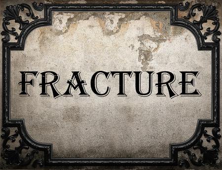 fractura: palabra fractura en la pared concrette