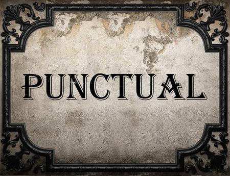 punctual: palabra puntual en la pared concrette Foto de archivo