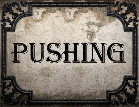 empujando: empujando la palabra en la pared concrette