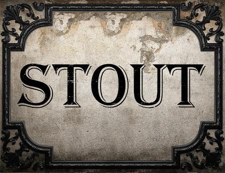 stout: palabra cerveza negra en la pared de hormigón Foto de archivo
