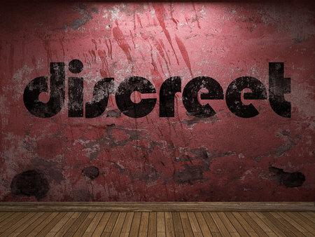 discreto: palabra discreta en la pared roja Foto de archivo