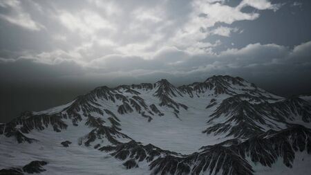 picos de gran altitud y nubes en las montañas Dolomitas en Italia. Foto de archivo