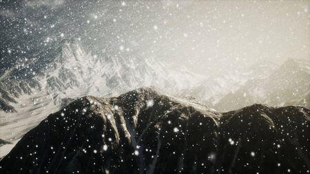 Starker Schneefall, fokussiert auf die Schneeflocken, Berge im Hintergrund