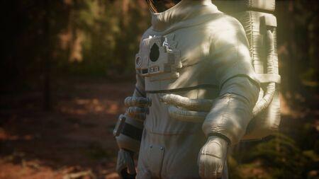 astronauta solitario nella foresta oscura