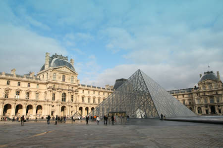 piramide humana: La pir�mide de cristal del museo del Louvre, Par�s, Francia