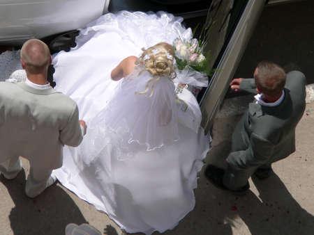 eligible: Matrimonio ragazza di andare alla macchina. Veduta aerea.  Archivio Fotografico